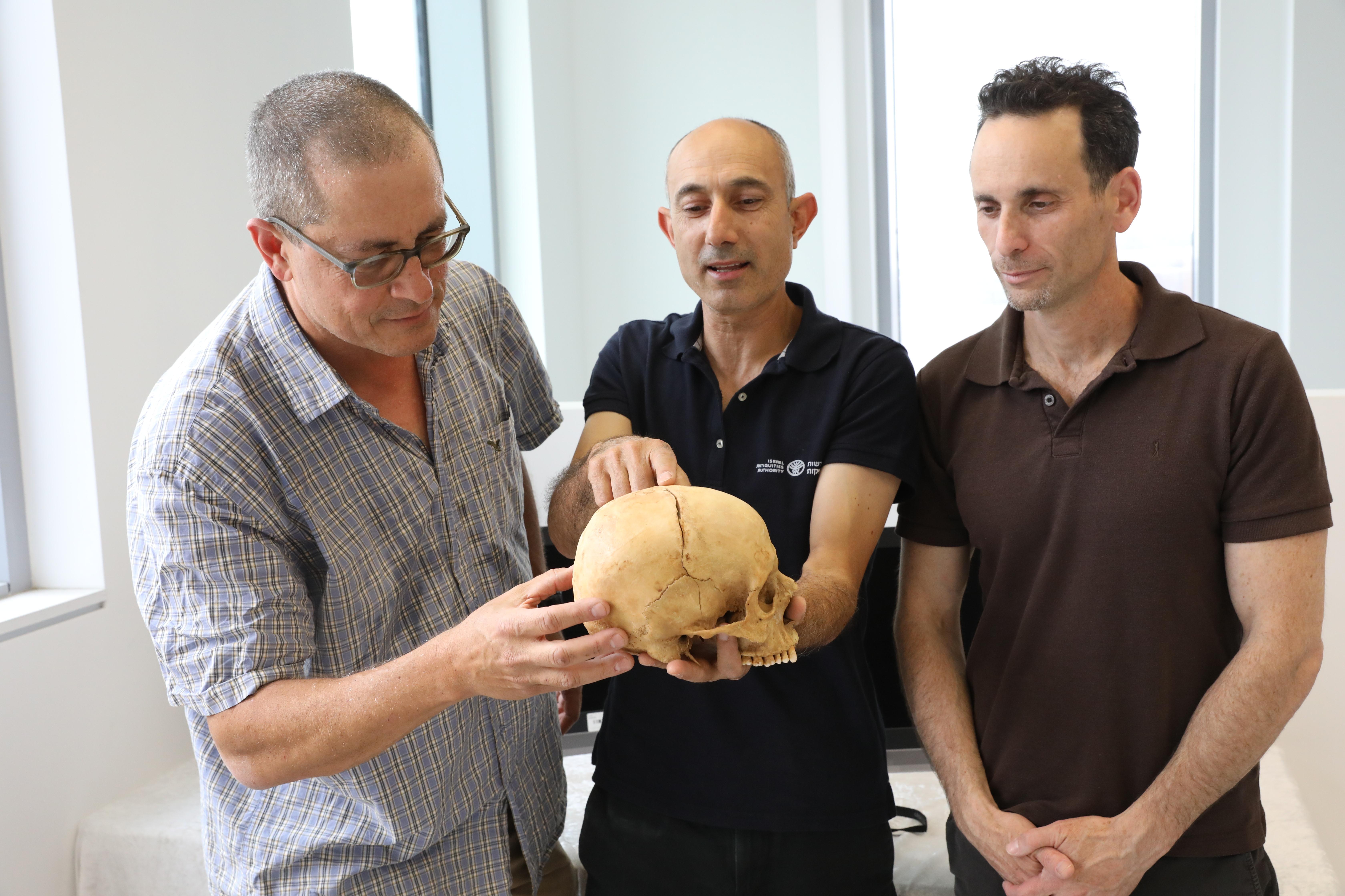 Профессор Боаз Зиссу д-р Йосси Нагар и д-р Хаим Коэн с находкой.