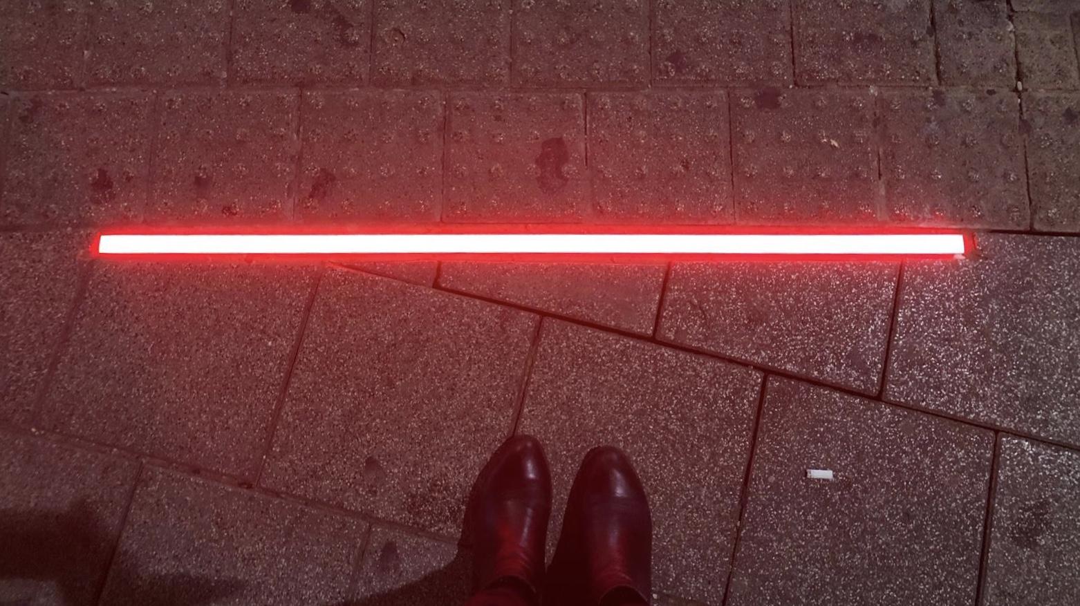 Эта полоса на тротуаре соответствует красному свету на светофоре. Фото предоставлено пресс-службой муниципалитета Тель-Авива.