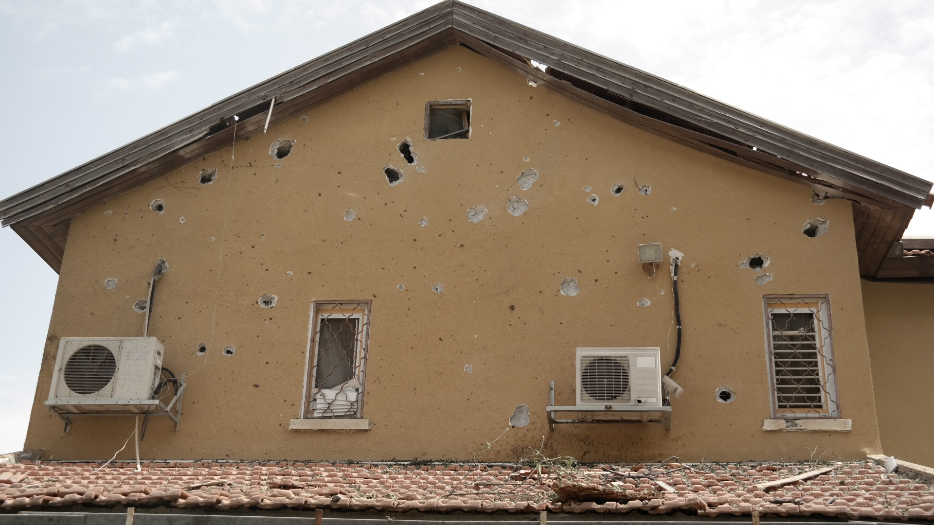 Ашкелон. Дом, подвергшийся ракетному обстрелу. Фото Елены Шафран