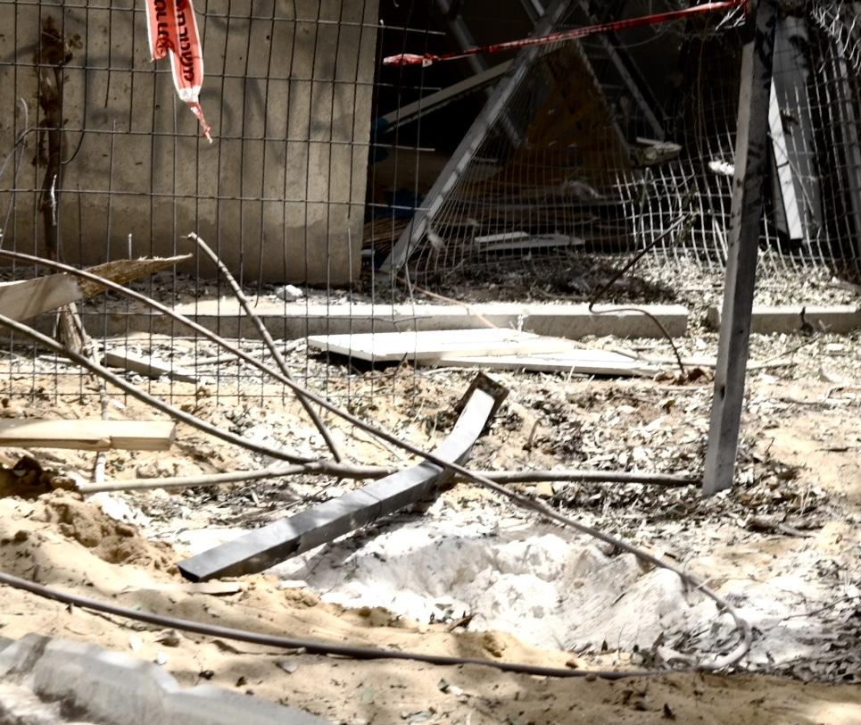 Сдерот. Воронка от снаряда, упавшего рядом с детским садом. Фото Елены Шафран