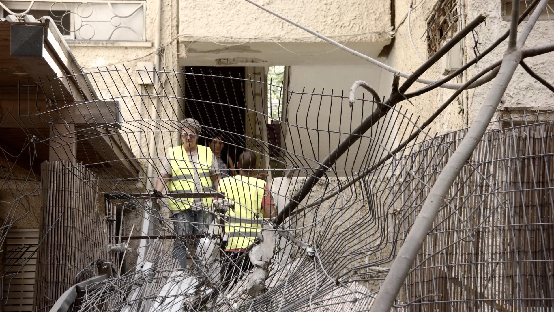 Сдерот. Воронка от снаряд, упавшего рядом с детским садом. Фото Елены Шафран