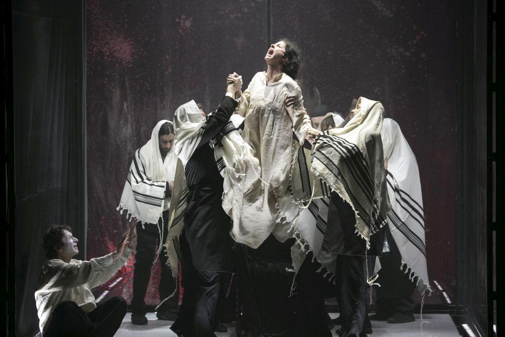 Театр «Гешер». Сцена из спектакля «Дибук». Фото: