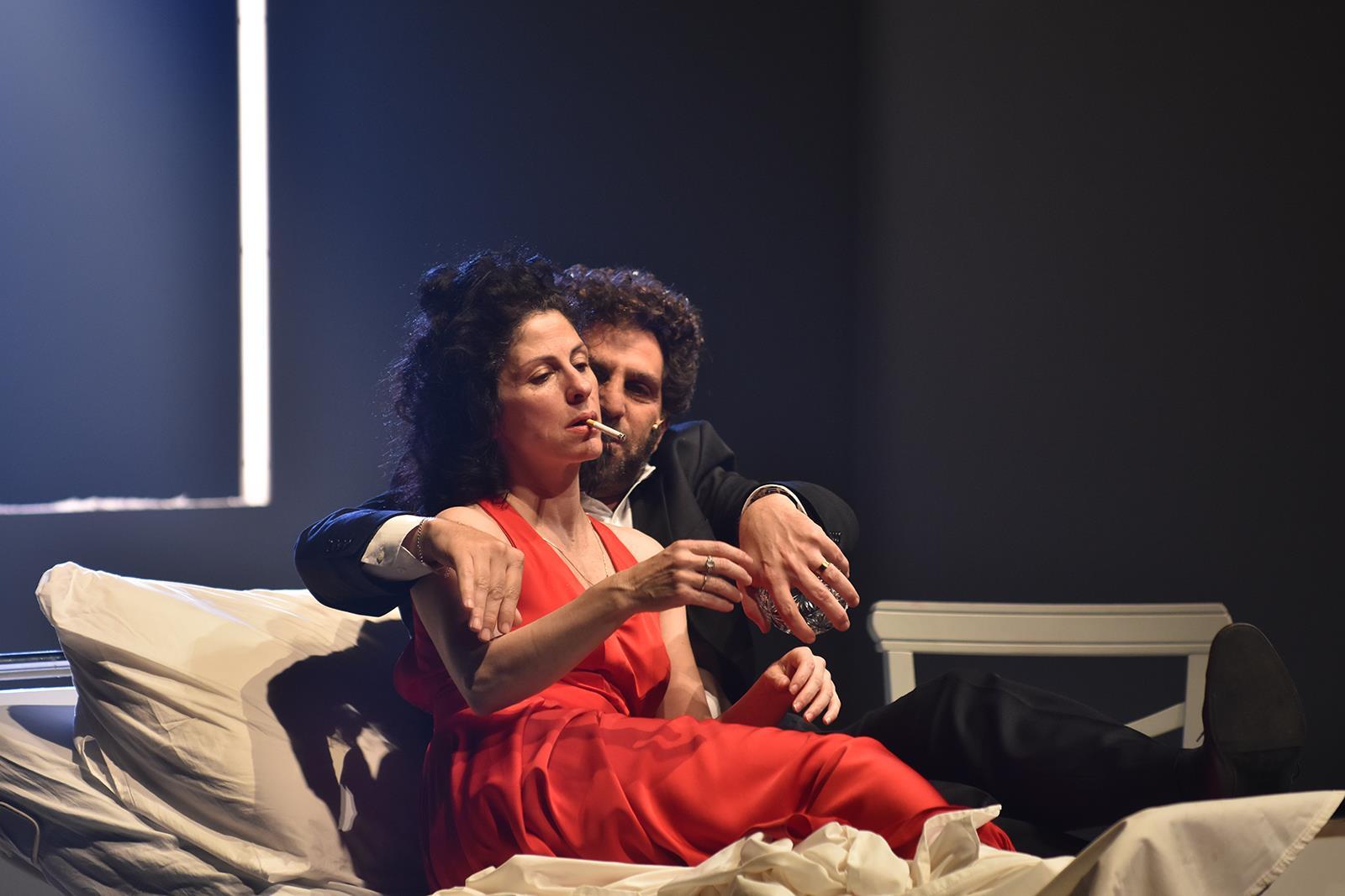 Театр «Гешер». Сцена из спектакля «Мама». Фото: Сергей Демянчук