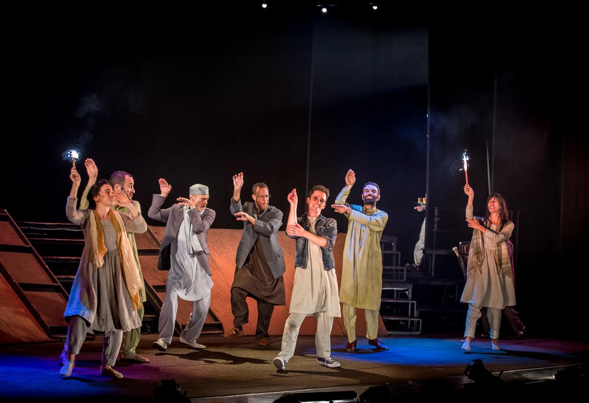Театр «Гешер». Сцена из спектакля «Бегущий за ветром». Фото:Виктория Шуб