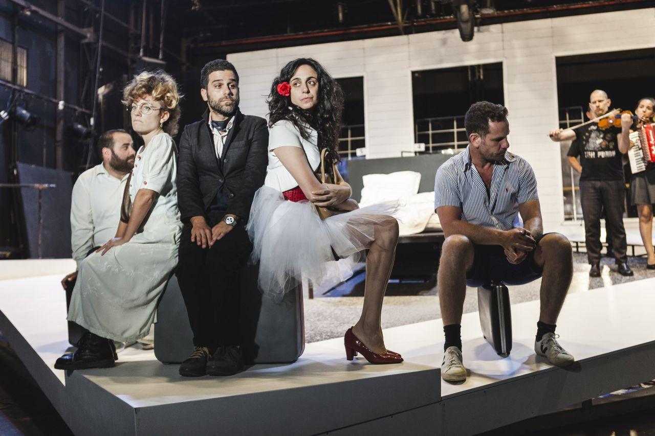 Гешер: Сцена из спектакля «Холостяки и холостячки». Фото: Иссай Файнберг