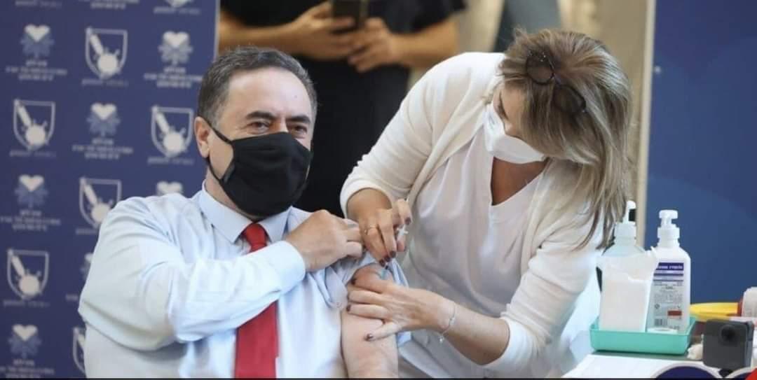 Прививки от COVID-19: министр финансов Исраэль Кац на прививке